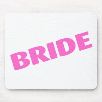 Jeune mariée épousant le rose tapis de souris