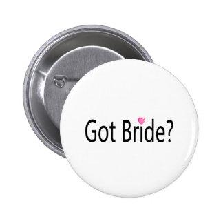 Jeune mariée obtenue badges avec agrafe