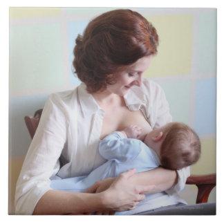 jeune mère allaitant au sein son bébé grand carreau carré