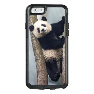 Jeune panda grimpant à un arbre, Chine Coque OtterBox iPhone 6/6s