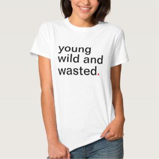 Jeune sauvage des femmes et gaspillé t-shirt
