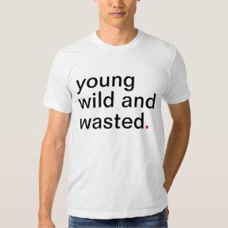 Jeune sauvage des hommes et gaspillé. Ayez une T-shirts