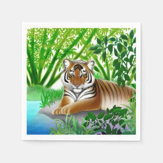 Jeune tigre paisible dans les serviettes de papier serviettes en papier
