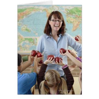 jeunes étudiants présent des pommes au professeur carte de vœux