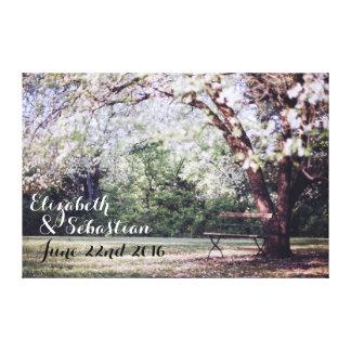 Jeunes mariés d'arbre de fleurs de cerisier toile tendue sur châssis