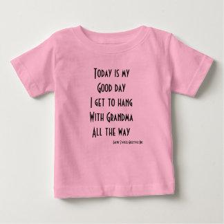 J'obtiens le coup avec la grand-maman t-shirt pour bébé