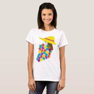 Jolie femme avec le dessus de fleurs t-shirt