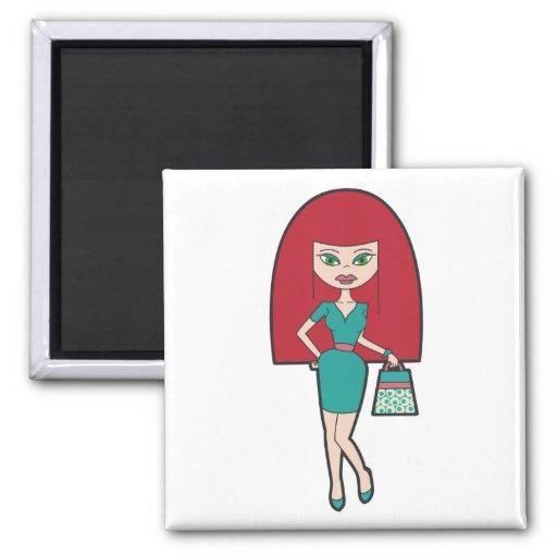 Jolie femme avec le rétro sac à main aimant pour réfrigérateur