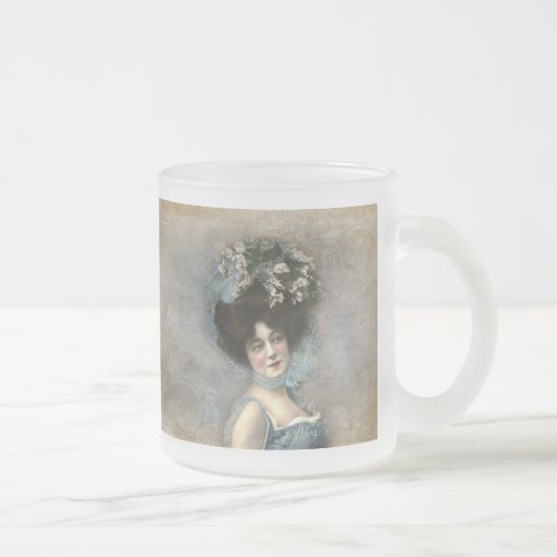 Jolie femme vintage dans un chapeau tasse