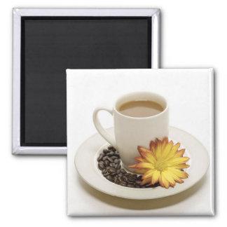 Jolie tasse de café avec la fleur magnet carré