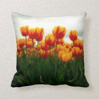 Jolies tulipes dans le domaine de fleur coussins carrés