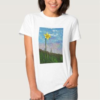 jonquille avec le ciel bleu t-shirts