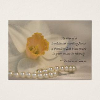 Jonquille et perles épousant la carte de faveur de