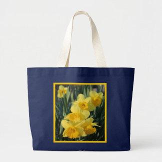 Jonquilles jaunes avec la frontière grand sac
