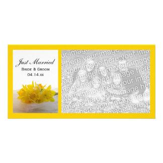 Jonquilles jaunes sur le blanc juste marié photocarte