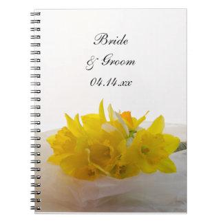 Jonquilles jaunes sur le mariage blanc de ressort carnets à spirale