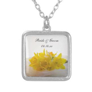 Jonquilles jaunes sur le mariage blanc de ressort collier