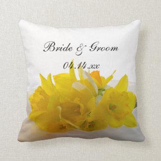 Jonquilles jaunes sur le mariage blanc de ressort oreillers