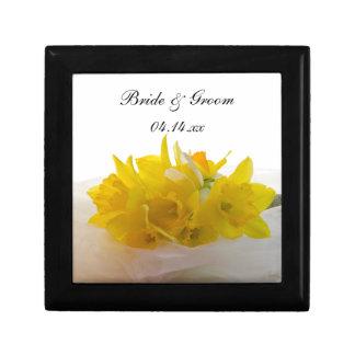 Jonquilles jaunes sur le mariage blanc de ressort petite boîte à bijoux carrée