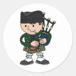 Joueur de cornemuse écossais jouant des cornemuses autocollant rond