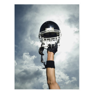 Joueur de football tenant le casque en air carte postale