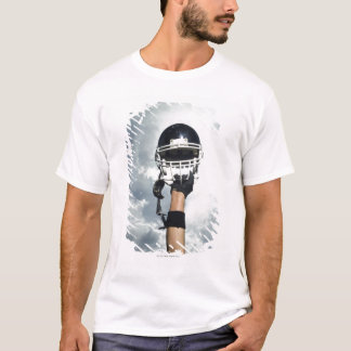 Joueur de football tenant le casque en air t-shirt