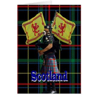 Joueur de pipeau écossais sur le tartan cartes