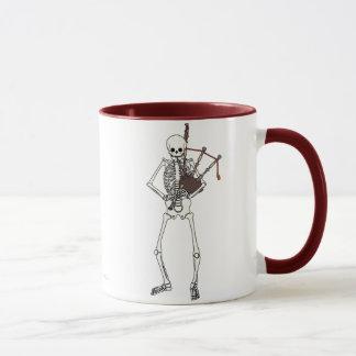 Joueur squelettique de cornemuse mug