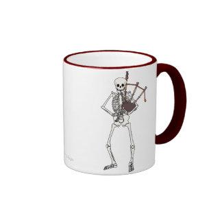 Joueur squelettique de cornemuse mug ringer