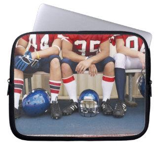 Joueurs de football sur le banc 2 housses ordinateur portable