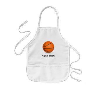 Jour ensoleillé de basket-ball des sports de tablier enfant