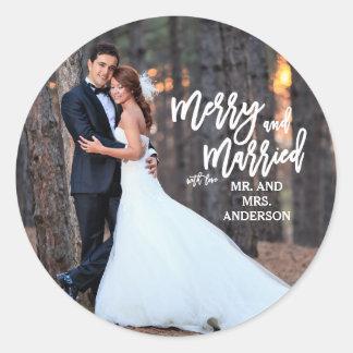 Joyeuse et mariée photo de vacances du manuscrit   sticker rond