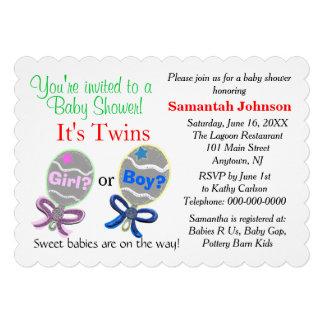 Jumeaux assez roses et douche de hochets de bébé invitations