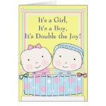 Jumeaux dans le bébé de huche, de fille et de garç carte de vœux