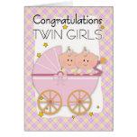 Jumeaux - filles jumelles de félicitations dans un carte