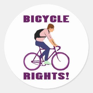 Juste de bicyclette dans le pourpre sticker rond
