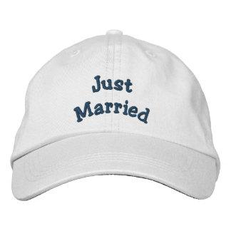 Juste marié brodé épousant le casquette