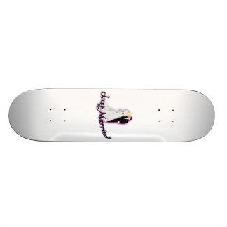 Juste marié épousant des couples skateboards customisés