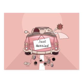 Juste marié épousant la carte postale d'amour de f
