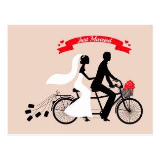 Juste marié, jeunes mariés sur la bicyclette de ma carte postale