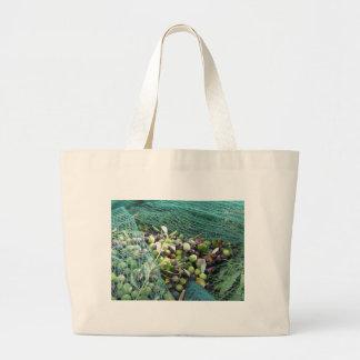Juste olives sélectionnées sur le filet pendant le grand tote bag