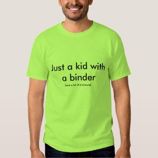 Juste un enfant avec un classeur t-shirts