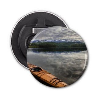 Kayak en bois sur le rivage du lac beaver
