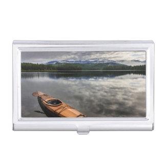 Kayak en bois sur le rivage du lac beaver porte-cartes de visite
