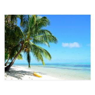 Kayak jaune sur une carte postale blanche de plage