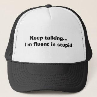 Keep parlant… je suis à l'aise dans stupide casquette