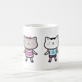 Kitty badine l'un à côté de l'autre des tasses