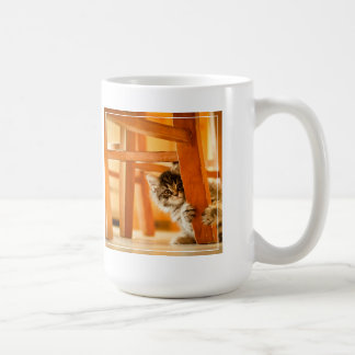 Kitty tenant la jambe de chaise mug