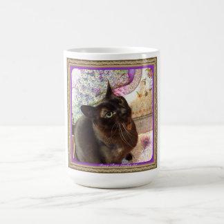 Kiwi dans une boîte, série 1, pose 2, prune mug