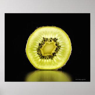 Kiwi, fruit, arrière - plan noir posters